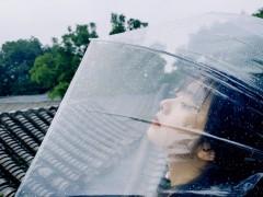 谭松韵胡同随心拍氛围感足 举透明伞超俏皮