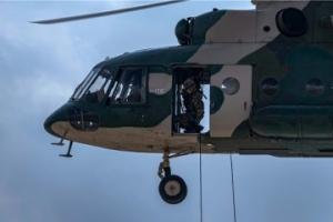 直击高原特战女兵首次直升机武装机降