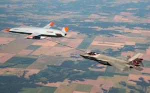 美航母无人加油机迈重要一步 首次为F35C战机加油