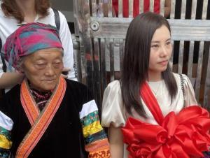 拍视频寻亲女子25年后回乡 亲人穿苗族服饰迎接