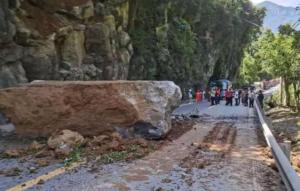 国道G319武隆段发生巨石掉落