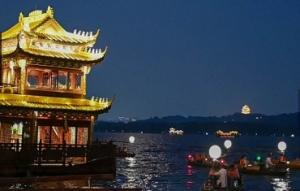 杭州西湖33艘月亮船带游客赏月