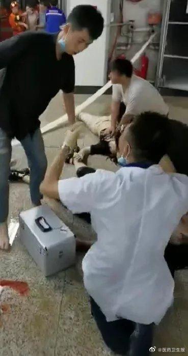 郑州5号线跪地救人的试工医生 被医院直接录用