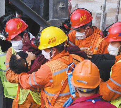 栖霞已发现被困矿工全部升井 获救矿工双手合十感谢救援人员