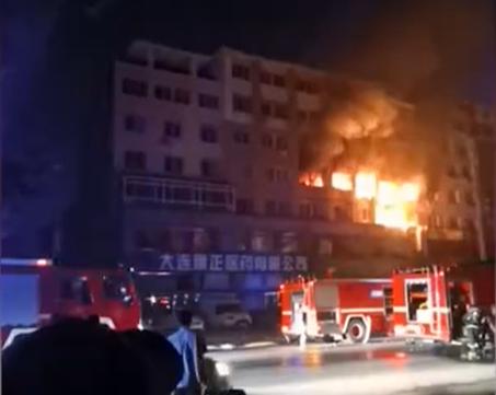 大连一住户家中爆燃致8死5伤 多间房屋火光冲天