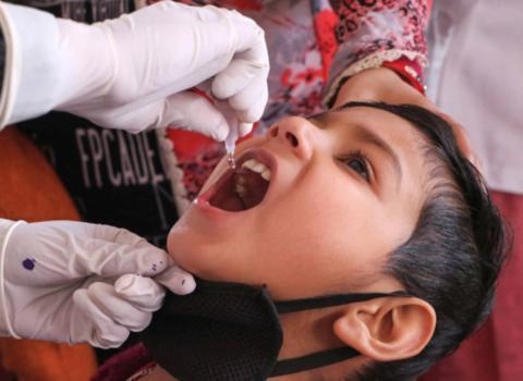 医护人员在为一名儿童滴服脊髓灰质炎疫苗。图源:印度报业托拉斯(PTI)