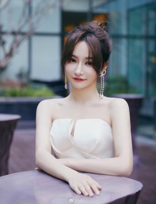 电竞女王Miss携世锦赛冠军肖若腾 金铲铲虎牙首秀