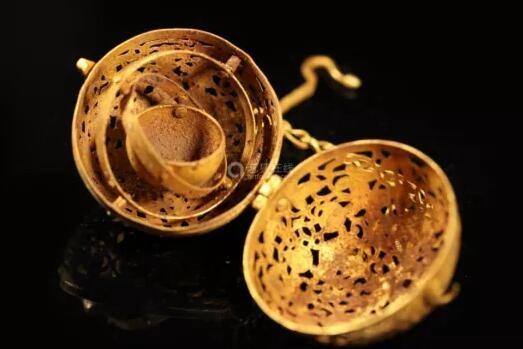 """可参照唐代薰球感受一下。来源/网络 如果想同时薰多种香怎么办?用多穴熏炉。南越王墓就曾出土四穴连体熏炉,由四个互不连通的小方炉合铸,最多可以同时烧四种香料而互不干扰。这种使用香的方式也叫""""合香"""",东汉《黄帝九鼎神丹经》中提到的""""五香""""就是对合香的早期探索,分别是青木香、白芷、桃皮、柏叶和零陵香。"""
