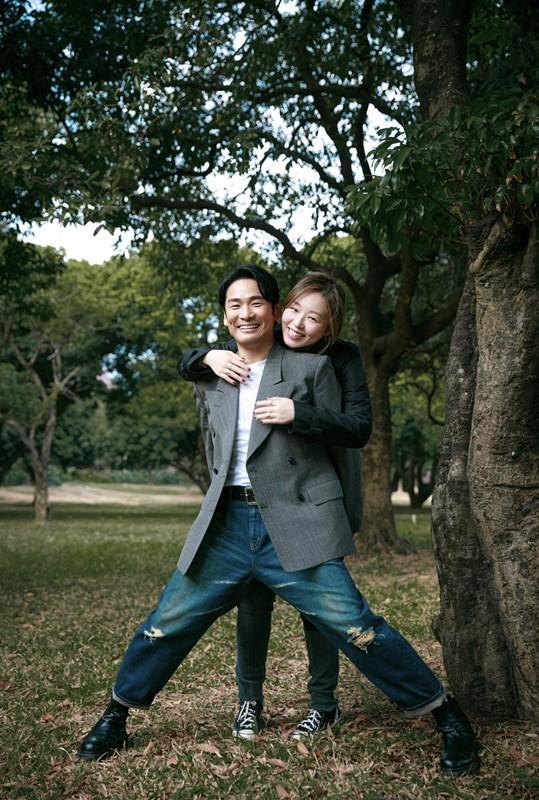 杜德伟携爱妻拍摄甜蜜写真 合体演绎初冬浪漫