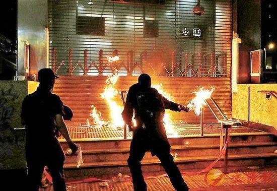 """香港""""黑暴""""分子街头放火。图源:《文汇报》"""