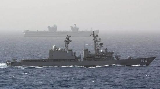 """日本海上自卫队""""濑户雾""""号驱逐舰(舷号156)与""""伊丽莎白女王""""号在索马里海域进行编队训练"""