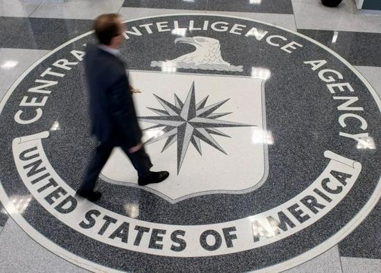 這張2008年8月14日的資料照片顯示,在美國弗吉尼亞州蘭利,一名男子走過中央情報局總部的大廳。新華社/法新