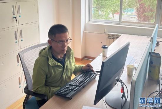 其美占堆正在西藏自治区肢体残疾人协会的办公室工作。(受访者供图)