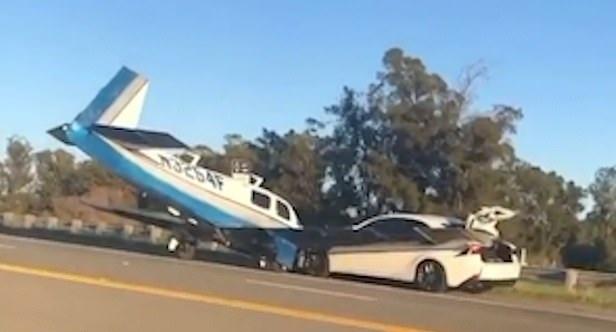 加州一架小型飞机高速公路上迫降时撞上一辆汽车