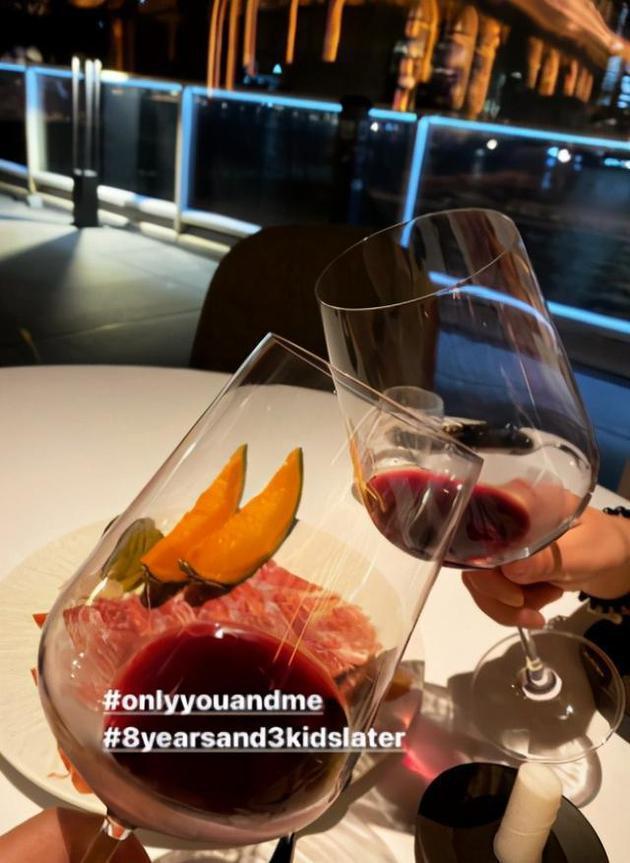 霍启刚郭晶晶庆结婚8周年 海边约会举红酒碰杯