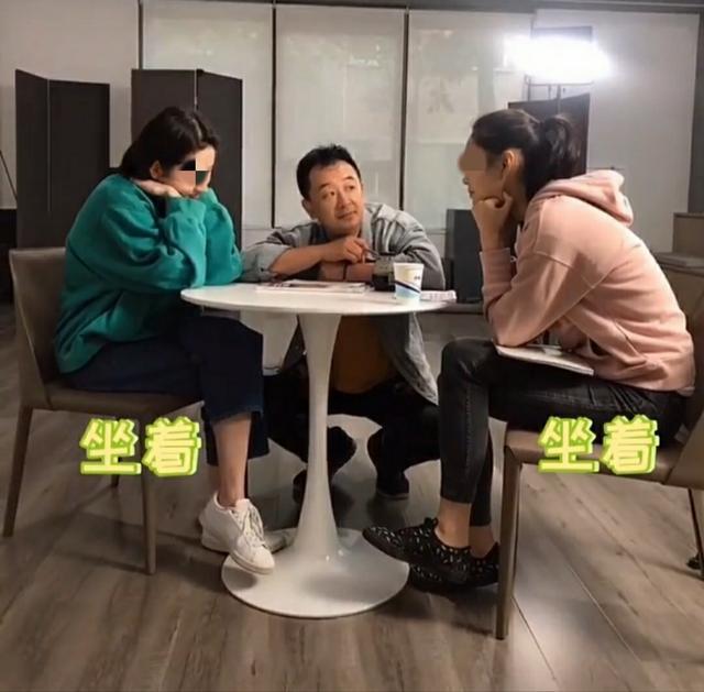 黄海波开表演培训班生意好 贴心蹲地为姜贞羽授课