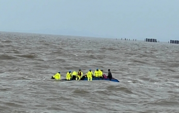 海南一船只侧翻12人落海