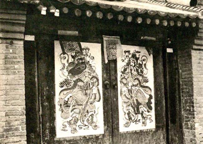 民国时期,大门上张贴的杨柳青门神画。采自1942年1月《北支》。
