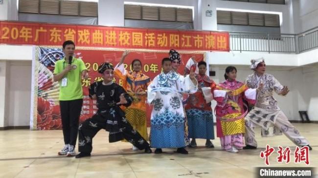 郑永健参加广东省戏曲进校园演出 受访者供图