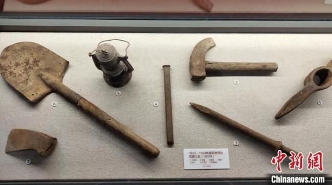 图为博物馆展出的筑路工具。 王鹏 摄