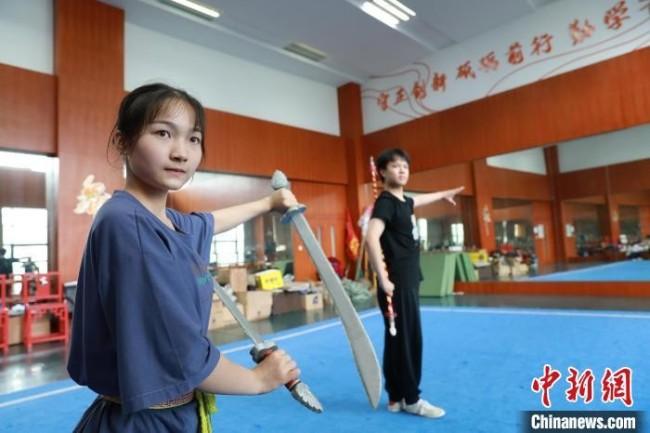 学员在练习把子功《三十二刀》 王洁涵 摄