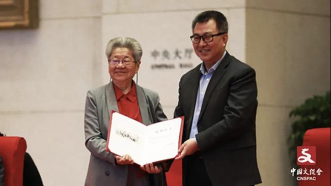 中国国家博物馆馆长王春法为刘文西夫人、著名画家陈光健颁发收藏证书