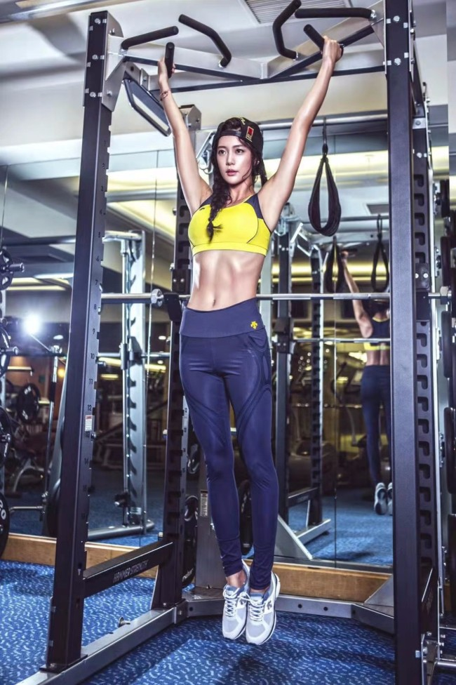 克拉拉晒运动视频 优美健康身姿堪比专业