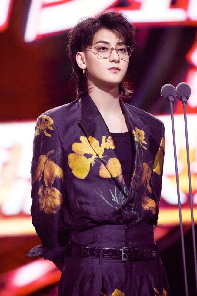 黄子韬助阵《浪姐2》总决赛 三首歌曲连唱大展魅力
