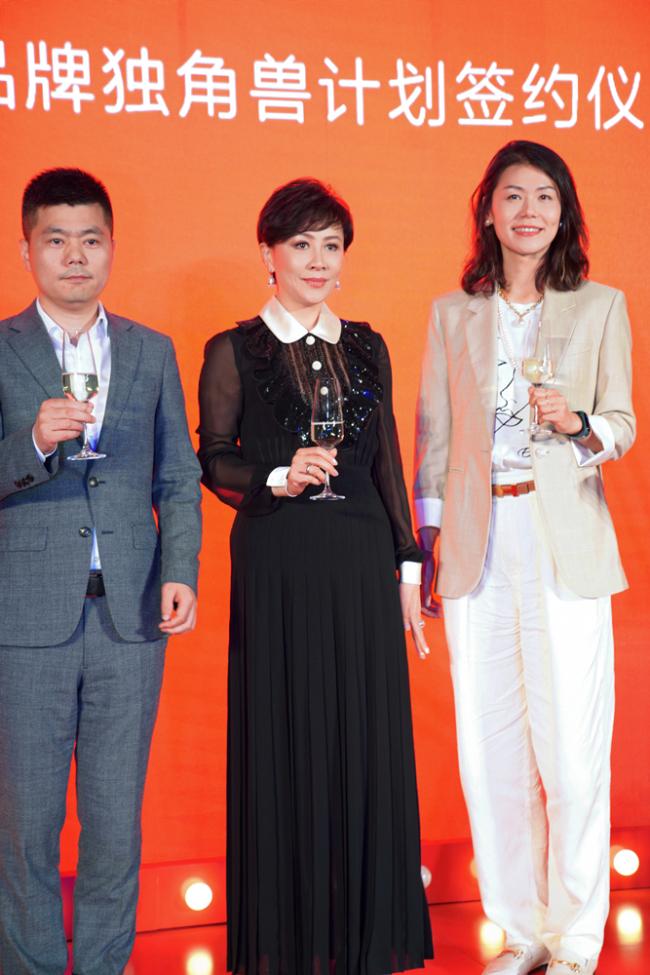 刘嘉玲亮相品牌宝藏星光盛典 惊喜现身李佳琦直播间畅聊护肤电影