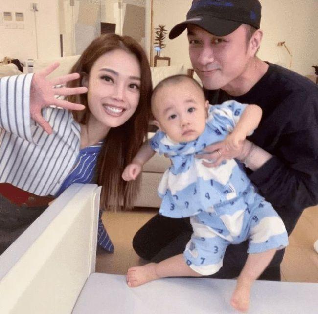容祖儿晒与古巨基父子合影 陈韵晴52岁高龄产子