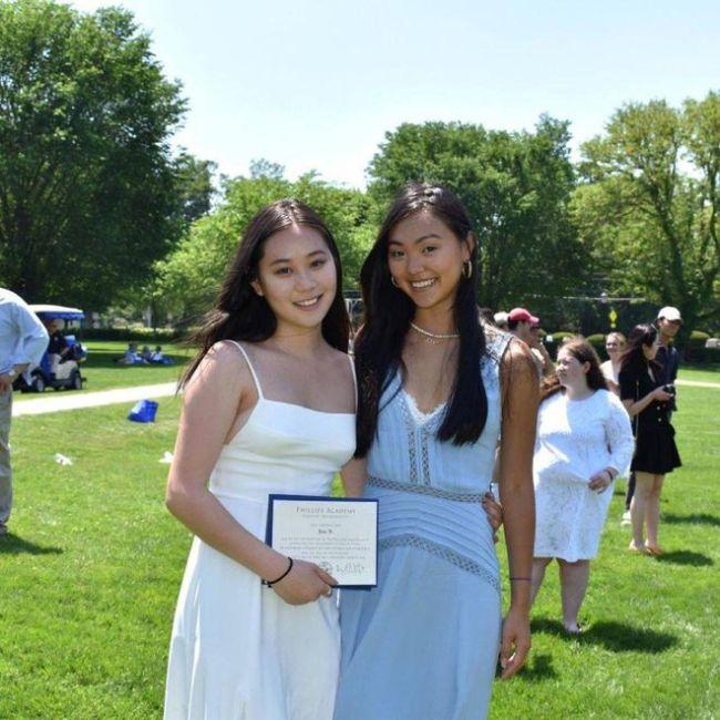 李连杰18岁女儿穿吊带裙秀身材 两姐妹肤色大不同