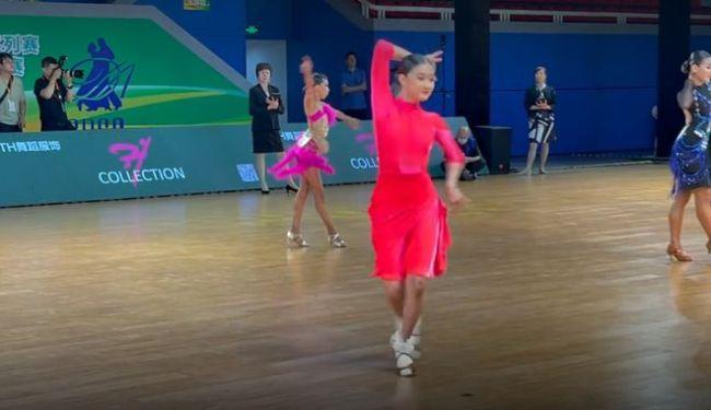 马伊琍女儿参加拉丁舞比赛 13岁爱马化浓妆变化大
