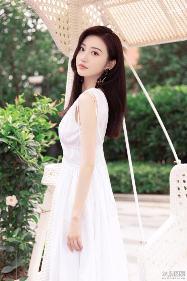 景甜穿白色裙清新动人 手捧花束眼神纯净