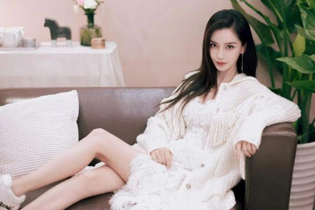 杨颖新照很甜美!32岁辣妈嫩似少女