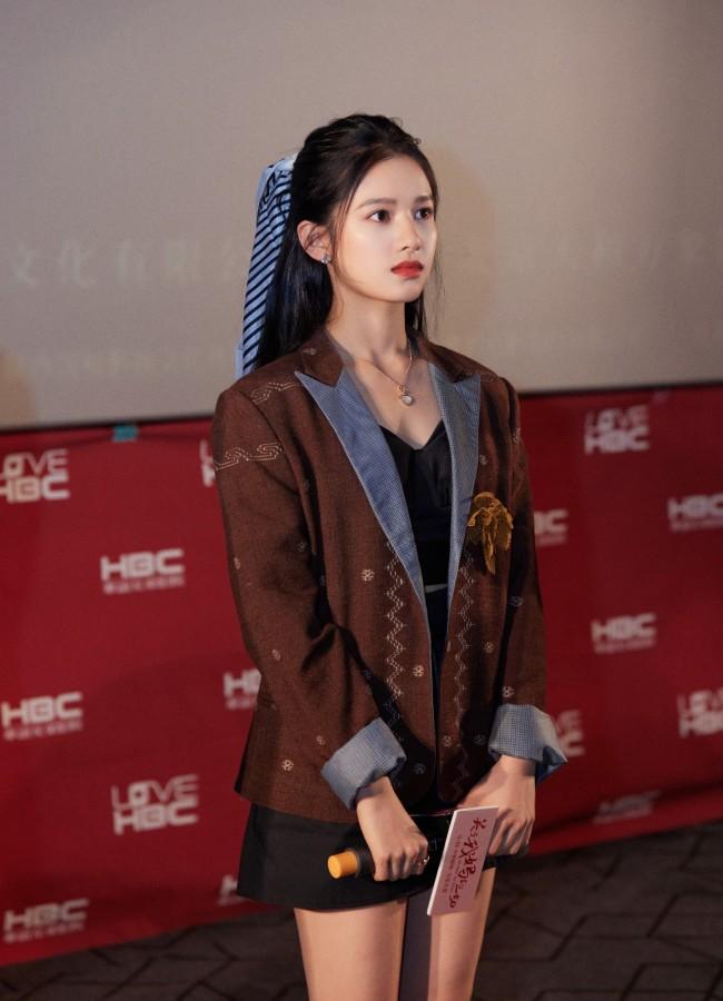 张婧仪《关于我妈的一切》沈阳路演粉丝现场送毛衣