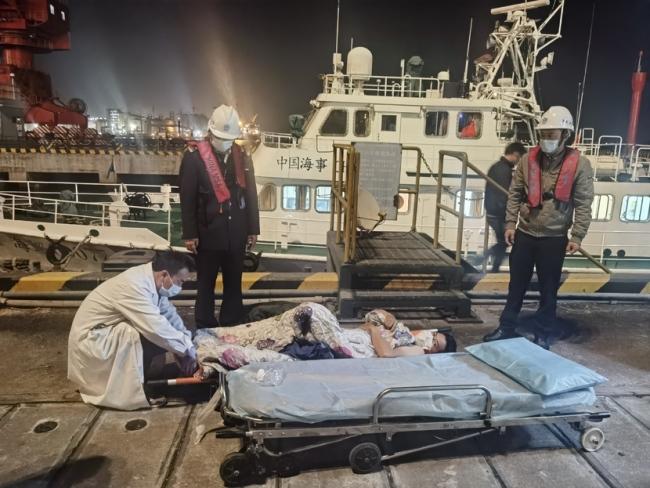 水域交通流量较大 广州海事成功救助珠江口三名遇险人员