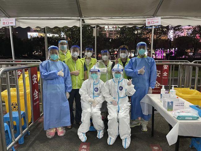 广州天河志愿者闻令而动 在核酸检测点和火车东站开展疫情防控服务工作