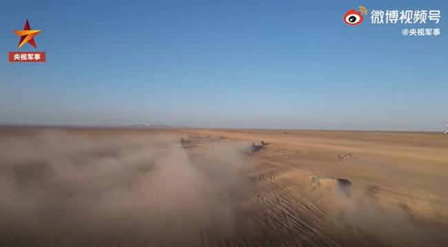 烎烎烎!新型车载榴弹炮跨区机动大漠扬威