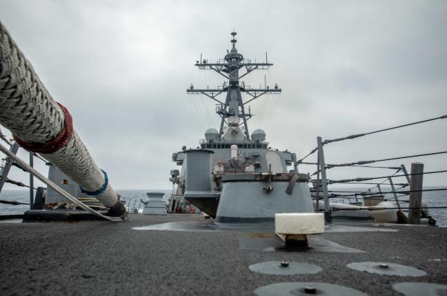 """美国海军公布的""""威尔伯""""号驱逐舰在台湾海峡航行画面"""