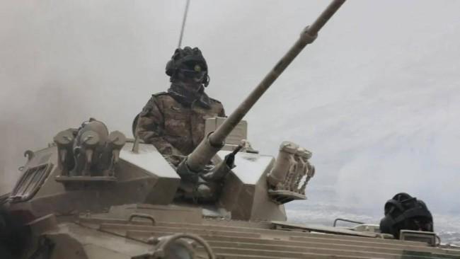 新疆军区合成师高原驻训 使用88式坦克和86A步战