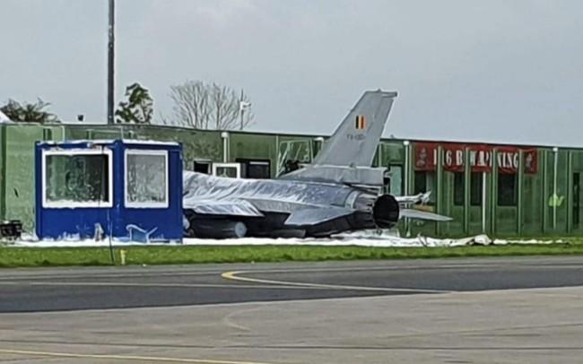 比利时F-16战斗机撞上楼房,飞行员弹射逃生受伤