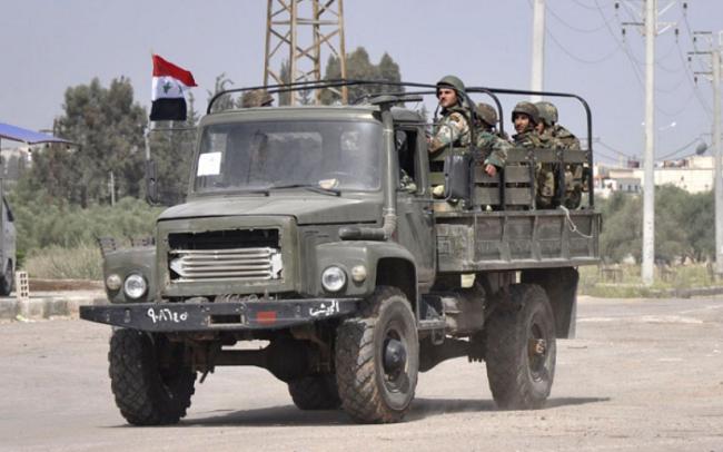 叙利亚军队一辆卡车被反坦克导弹击中,造成1死3伤