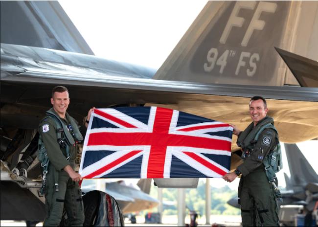 亲密互信?英军飞行员首次驾驶F-22编队飞行