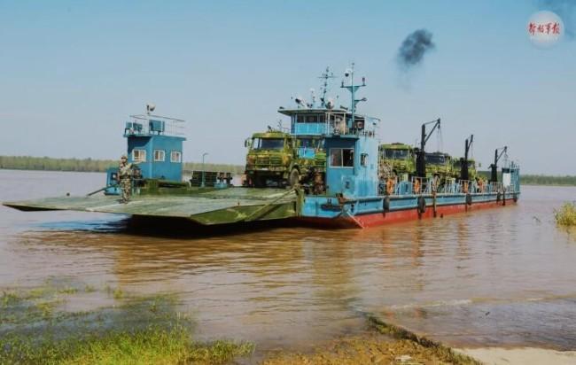 仅用28分钟!舟桥兵架起千米钢铁浮桥横跨长江