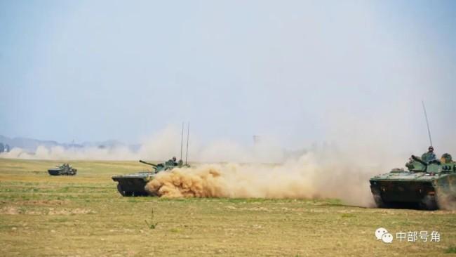 """解放军""""土豪旅""""大漠演兵!99A主战坦克整齐列阵"""