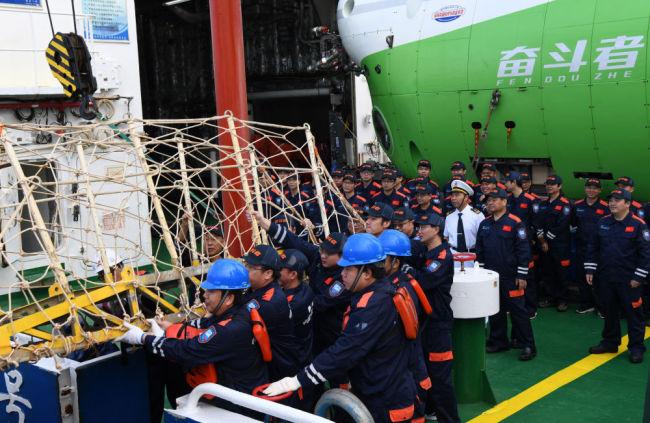 """海底1万米,你好!——""""奋斗者""""号标注中国载人深潜新坐标"""