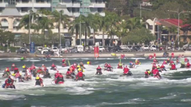 澳大利亚150名圣诞老人冲浪打破世界纪录