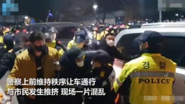 素媛案罪犯打手电筒观察抗议者