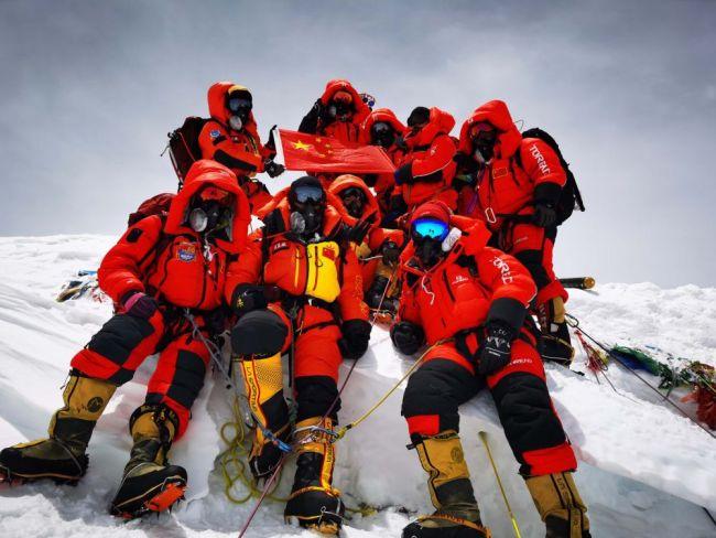 5月27日,2020珠峰高程测量登山队成功登顶世界第一高峰珠穆朗玛峰。他们在峰顶竖立觇标,安装GNSS天线,开展各项峰顶测量工作。45年前的这一天,中国人首次将觇标带至珠峰峰顶。新华社特约记者 扎西次仁 摄