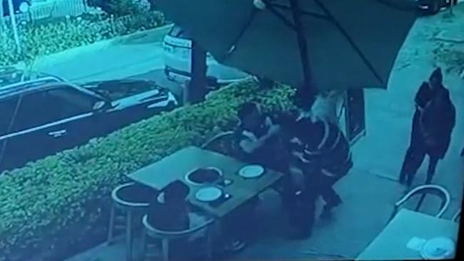 墨西哥两名歹徒在餐厅抢劫反被顾客开枪打伤